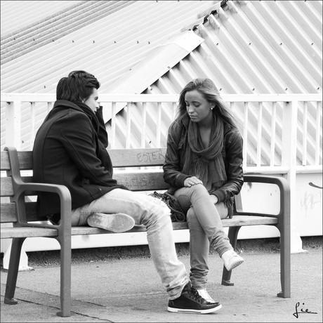 Zwei junge Menschen auf einer Bank.