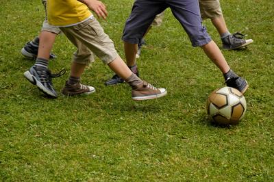 Jugendliche beim Fußballspielen.