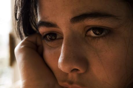 Foto der traurigen Augen einer jungen Frau