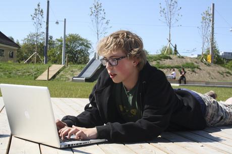 Jugendlicher mit Laptop.