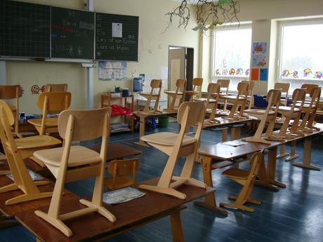 Bild eines Klassenzimmers mit leeren Bänken.