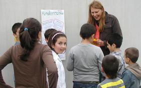 kija-Mitarbeiterin Marion Wirthmiller bei einem Kinderrechte-Workshop.