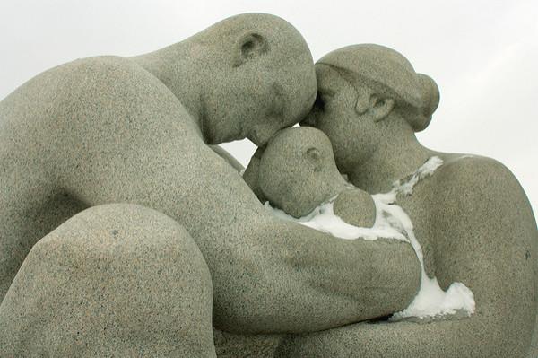 Steinskulptur einer Familie