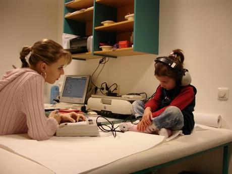Ein Kind bei einer Ärztin in der Psychosozialen Versorgung.