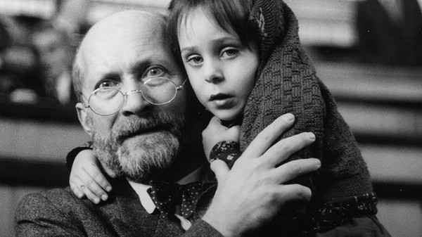 Janusz Korcak mit einem jüdischen Mädchen am Arm.
