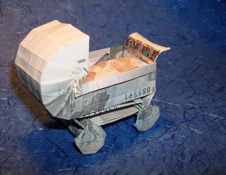 Origami-Kinderwagen aus einem Geldschein