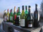 Eine Reihe an Flaschen mit hartem Alkohol.