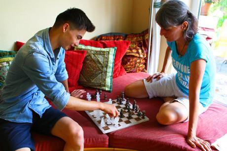 Patin und Patenkind beim Schachspielen