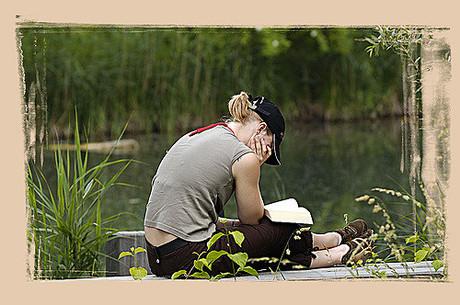 Jugendliche beim Lesen