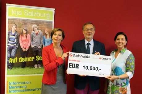 Kinder- und Jugendanwältin Andrea Holz-Dahrenstaedt und Projektleiterin Barbara Erblehner-Swann nehmen den Scheck von Stiftungsgründer Alexander Fuchs entgegen.