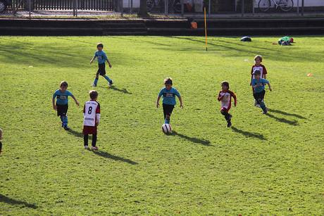 Fußballspielende Kinder.