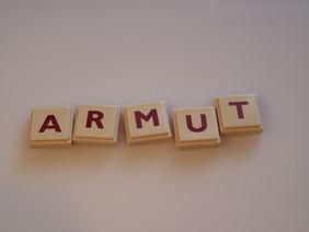 Das Wort ARMUT mit Bauklötzen dargestellt.