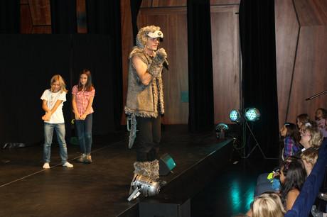"""""""Wolferl"""" mit zwei Kindern auf der Bühne."""