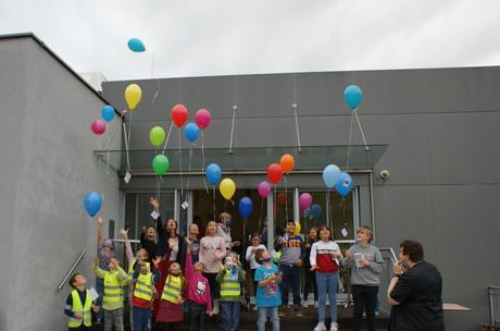 Kinder lassen am Weltkindertag Ballons mit guten Wünschen steigen.