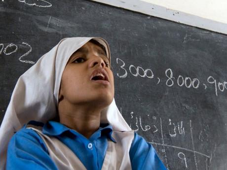 Pakistanisches Mädchen vor der Tafel.