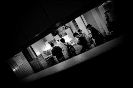 Schwarz-Weiß-Foto von jungen Afghanen