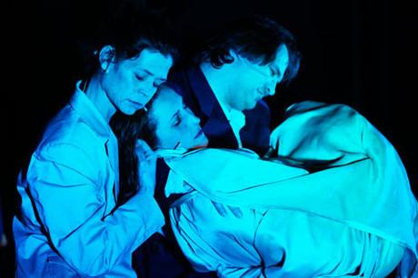 Bühnenbild / Eltern halten Anna im Arm.