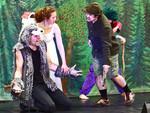 Anna, der Wolf und der Jäger auf der Bühne, der Jäger bedroht den Wolf.