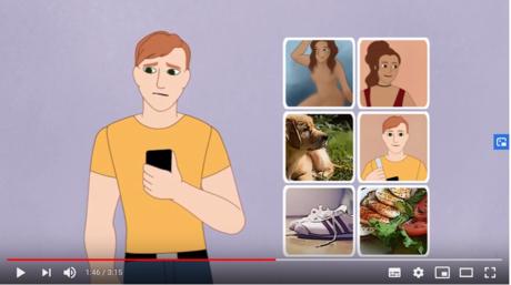 Screenshot des neuen Erklärvideos, hier mit Tobi, der gerade durch die Bilder auf seinem Handy scrollt.