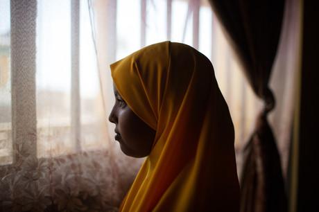 Junges äthiopisches Mädchen sieht aus dem Fenster