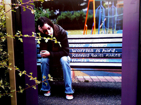 Traurige Jugendliche auf einer Bank