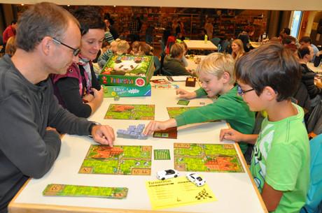 Familie beim Spielen eines Brettspiels.