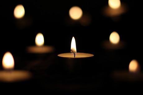 Bild von brennenden Kerzen im Dunklen