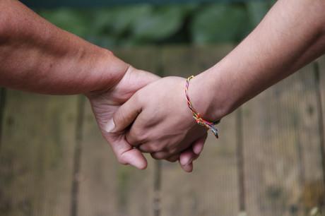 Hände, die einander halten.
