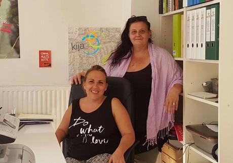 Ruth Fischer und Barbara Frauendorff vor der Regionalstelle in Bischofshofen.