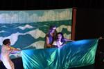 Auf der Bühne zerren die Eltern an Anna.