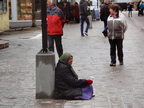 Bettlerin in einer Einkaufsstraße.