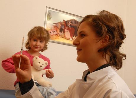 Mädchen bei der Impfung.