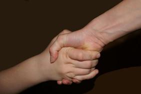 Hände, die einnander Kraft geben.