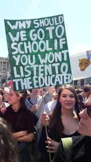 Schülerin auf einer Klimademo