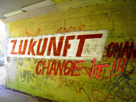 """Bild eines Graffitis: """"Zukunft - Change it!!!"""""""