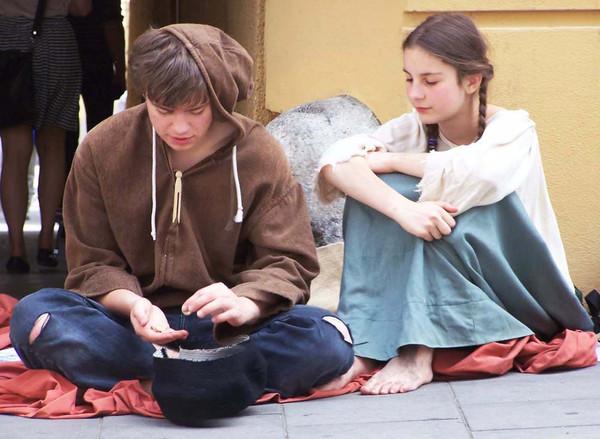 Jugendliche auf der Straße beim Geldzählen.