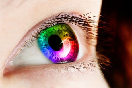 Auge mit Regenbogen.