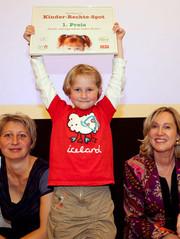 Die öberösterreichiche Kinder- und Jugendanwältin Christine Winkler-Kirchberger freut sich mit der jungen Preisträgerin und deren Mutter.