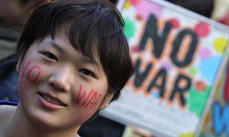 Bub, der gegen den Krieg demonstriert.