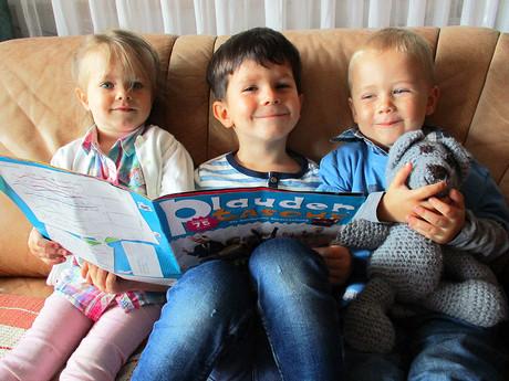 Kinder lesen die Plaudertasche.