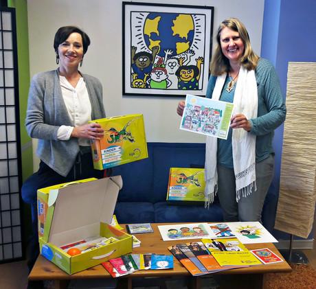 Kinder- und Jugendanwältin Andrea Holz-Dahrenstaedt und Projektleiterin Marion Wirthmiller präsentieren den neuen Kinderrechte-Koffer.
