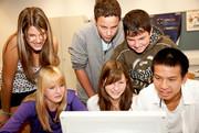 Eine Gruppe Jugendlicher vor dem Computerbildschirm.