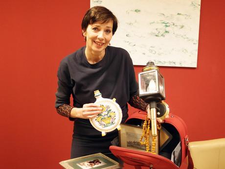 """Andrea Holz-Dahrenstaedt """"gibt"""" ein Bild, zwei Ketten und vieles mehr."""