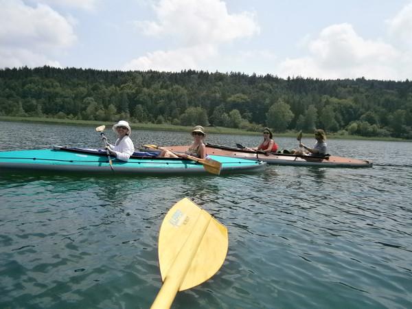 Das Team der kija Salzburg beim Paddeln am Tachinger See.