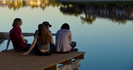 Teenager auf einem Steg