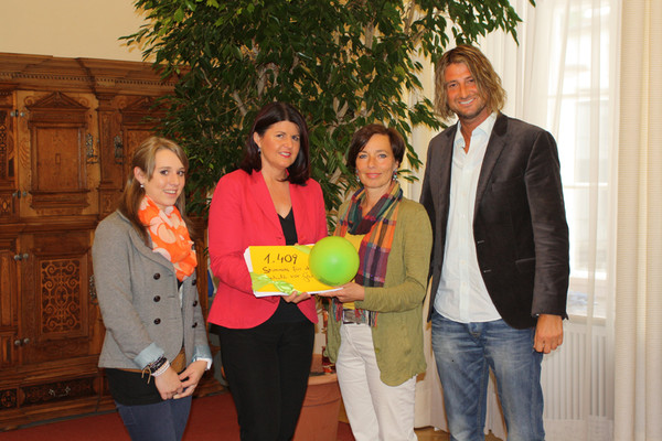 Theresa Pflugbeil, Andrea Holz-Dahrenstaedt und Alexander Müller (alle kija Salzburg) bei Landeshauptfrau Gabi Burgstaller.