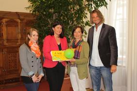 Andrea Holz-Dahrenstaedt, Alexander Müller und Theresa Pflugbeil (alle kija Salzburg) übergeben die gesammelten Unterschriften an Landeshauptfrau Gabi Burgstaller.
