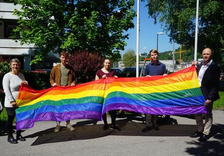 Vor dem BRG Salzburg wird die Regenbogenfahne gehisst.