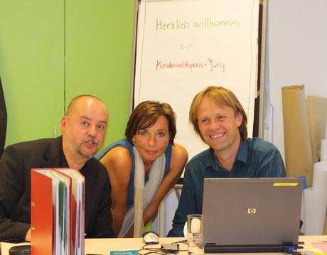 Die VeranstalterInnen des Kinderrechtspreises - Harry Brandner von Akzente Salzburg, Andrea Holz-Dahrenstaedt von der kija Salzburg, und Thomas Schuster vom Verein Spektrum.