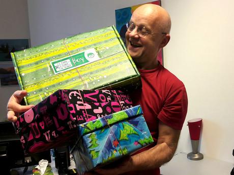kija-Mitarbeiter mit Geschenken